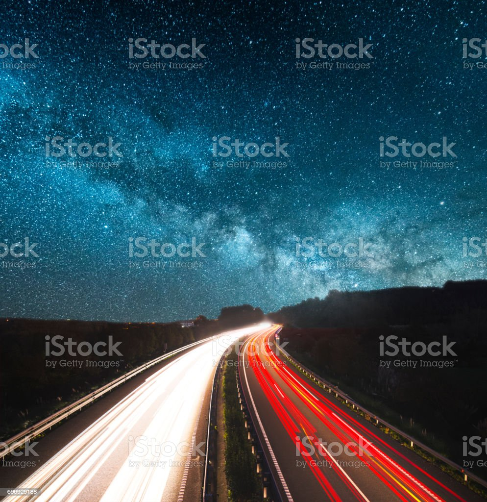 La autopista en la noche  - foto de stock