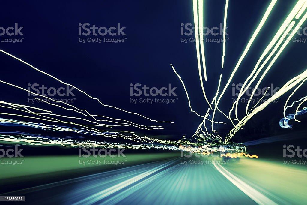 Highway bei Nacht mit Langzeitbelichtung Licht Wege – Foto