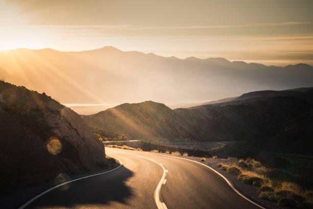 carretera al amanecer, en el parque nacional valle de la muerte - vía fotografías e imágenes de stock