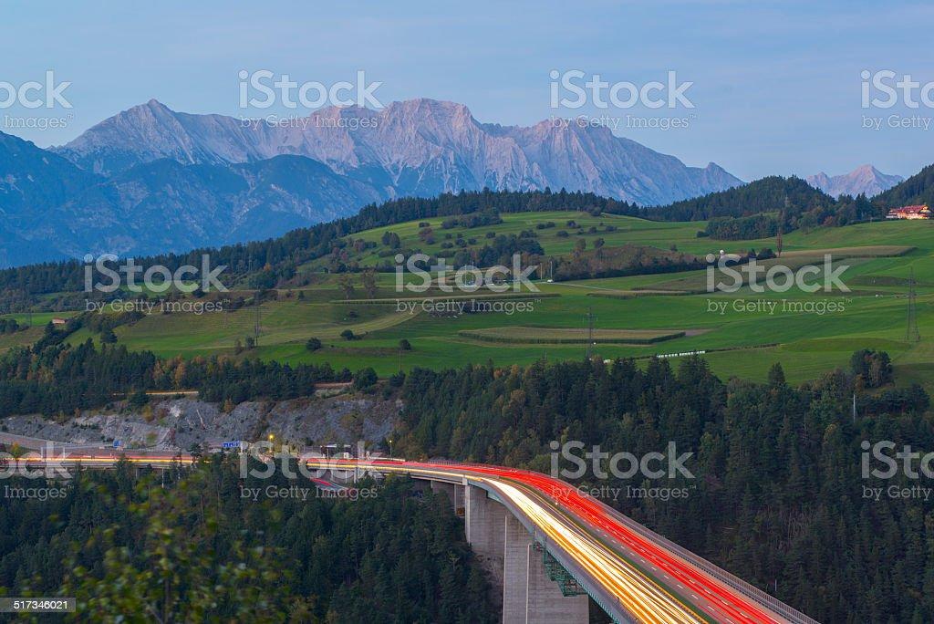 Highway in der Dämmerung-Brenner-Autobahn – Foto