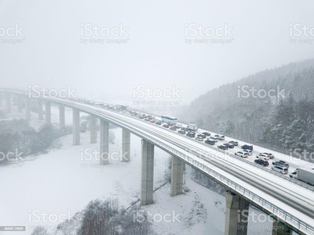 Autobahnbrücke bei starkem Schneefall – Foto