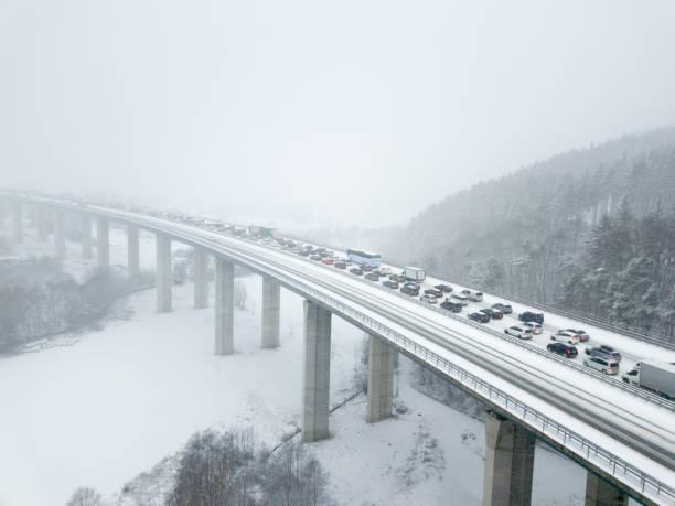 autobahnbrücke bei starkem schneefall - deutsche wetter stock-fotos und bilder
