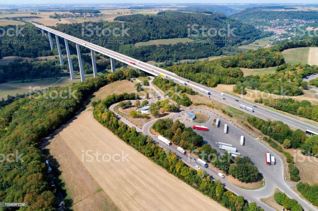 Autobahnbrücke mit LKW und Ruhebereich, Luftbild – Foto