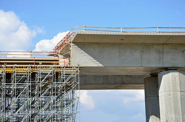 La construcción de proceso: Edificio de la vía, sobre pilares sobre tierra - foto de stock