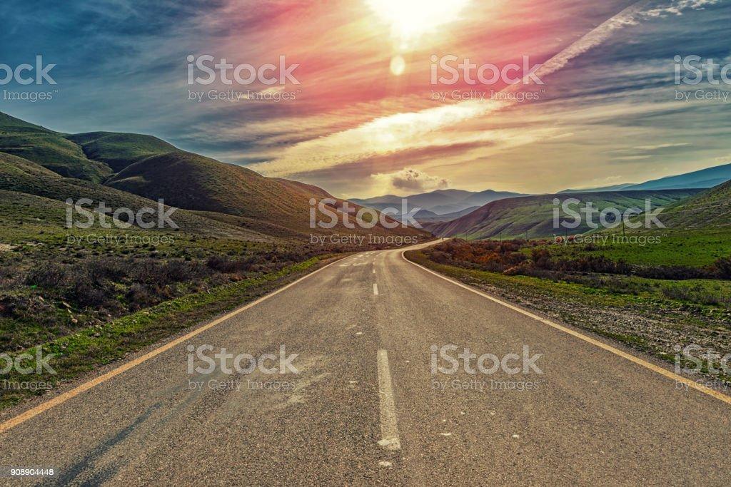 Autobahn in einer bergigen Gegend – Foto