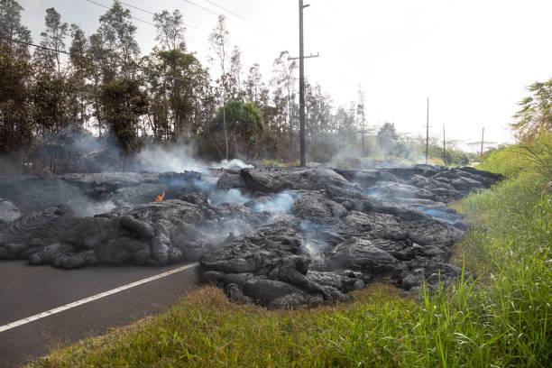 在夏威夷的高速公路, 這是由熔岩流破壞 - 爆發 個照片及圖片檔