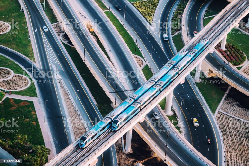 Autobahnkreuzung und U-Bahn-Zug in Dubai, VAE - Lizenzfrei Arabien Stock-Foto