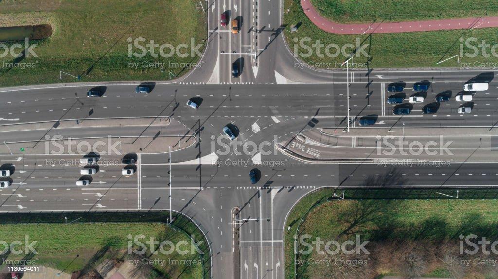 Autobahnkreuz mit Pkw und Ampel. Top View von der Drohne - Lizenzfrei Ampel Stock-Foto
