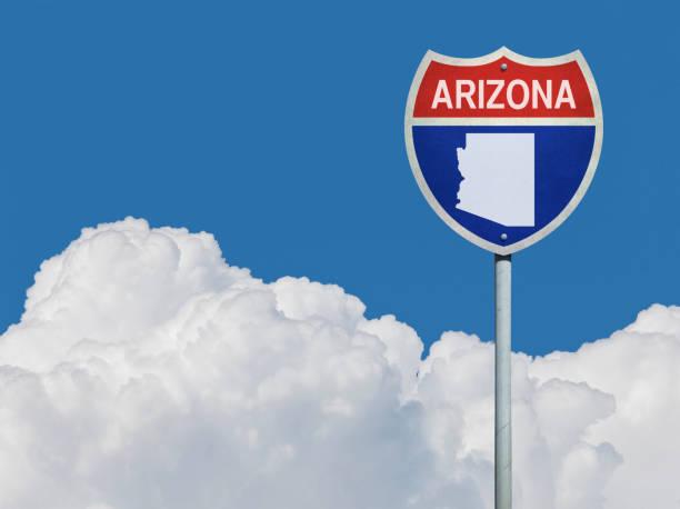 snelweg teken voor tusen staten in arizona wegnaar kaart voor wolken - arizona highway signs stockfoto's en -beelden