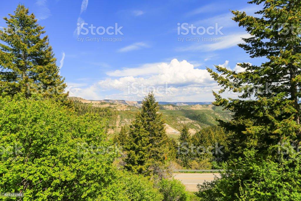 公路蜿蜒穿過山 免版稅 stock photo