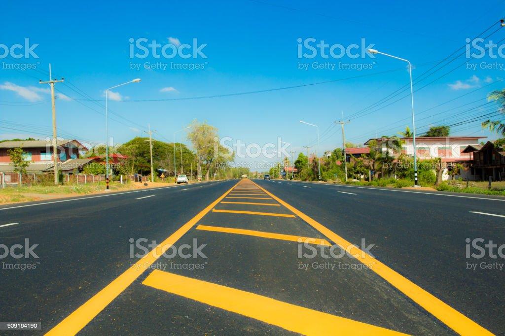 Carretera con líneas de tráfico. - foto de stock