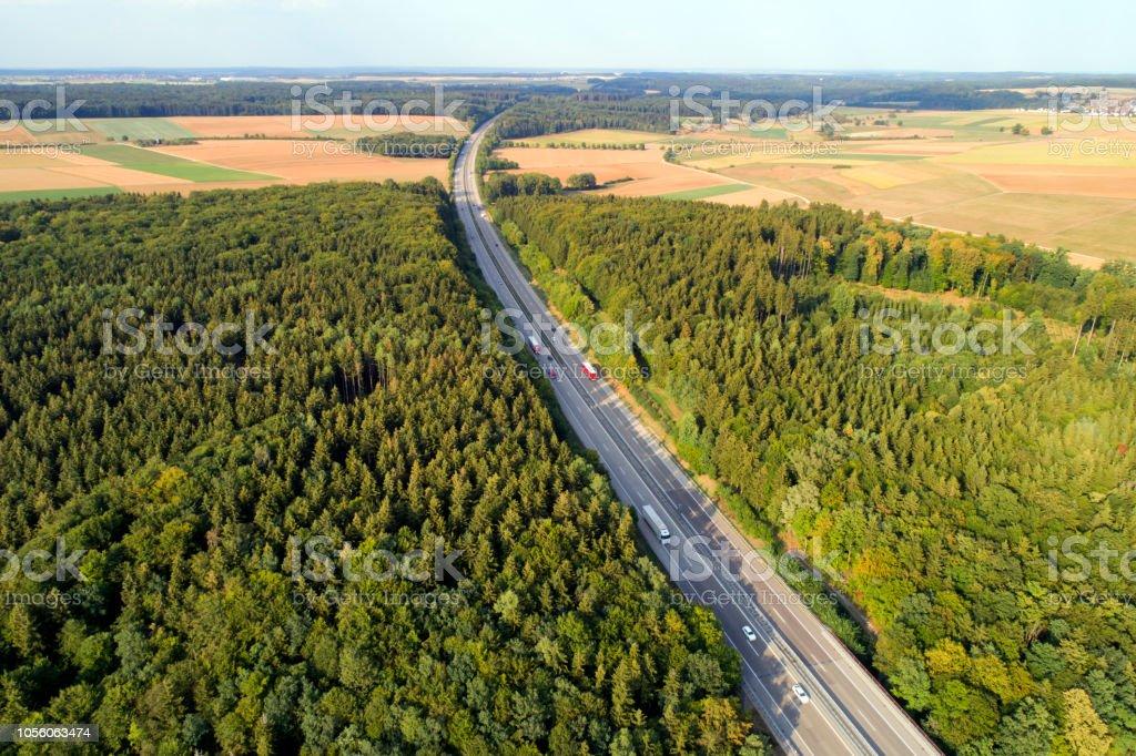 Autobahn mit LKW und PKW, Luftbild – Foto