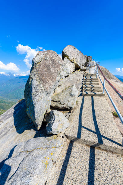 wandern auf moro rock treppe in richtung berg oben, granit kuppel felsformation im sequoia nationalpark sierra nevada mountains, kalifornien, usa - hochkönig stock-fotos und bilder