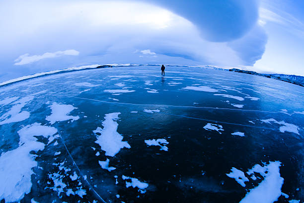 Wanderer am zugefrorenen See – Foto