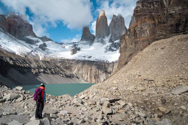 Wanderer am Mirador Base Las Torres in Torres del Paine Nationalpark, Patagonien, Chile – Foto