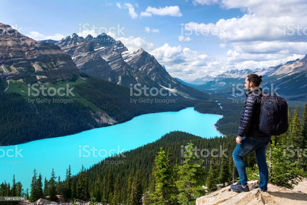 Hiker at Peyto Lake in Banff National Park, Alberta, Canada - Стоковые фото Moraine роялти-фри