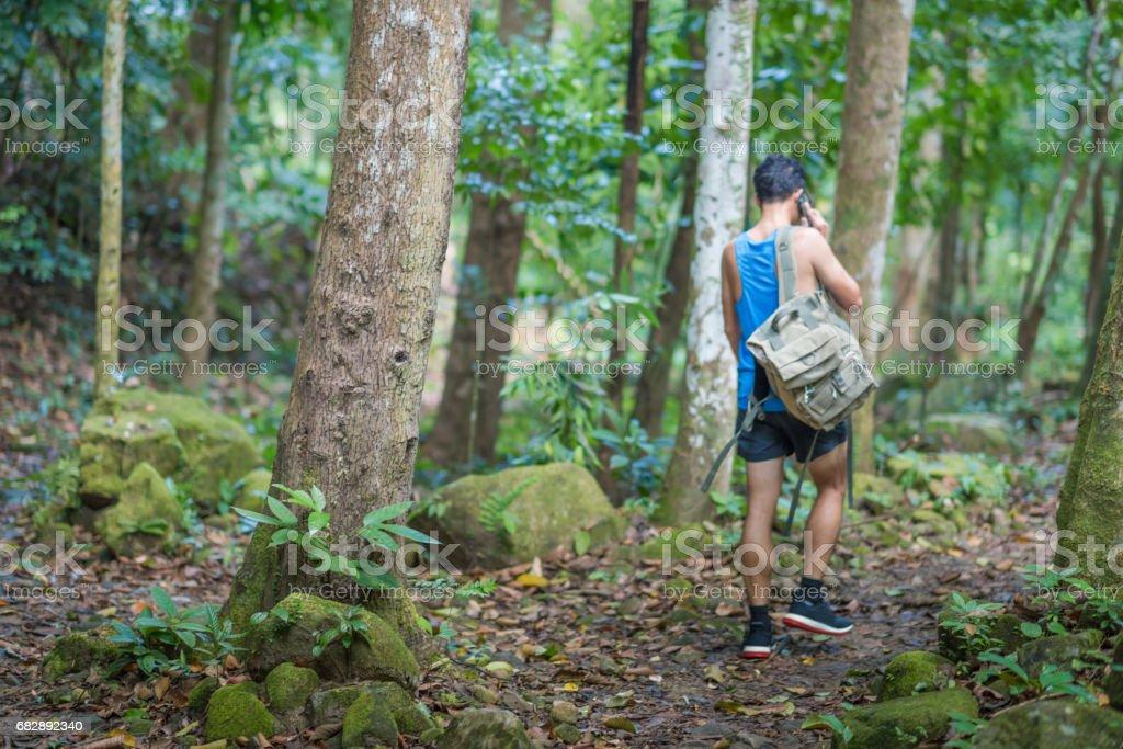 Wanderer-Rucksack-Abenteuer am Wasserfall im Wald. Lizenzfreies stock-foto
