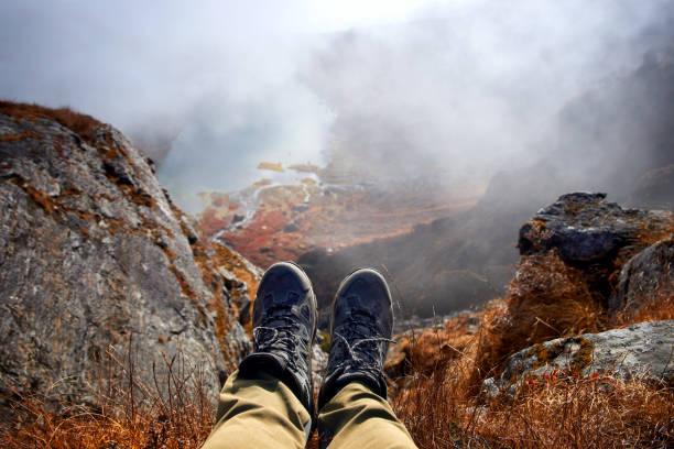 hiker stiefel entspannen auf berggipfel mit bergseen im hintergrund - schuhe auf englisch stock-fotos und bilder