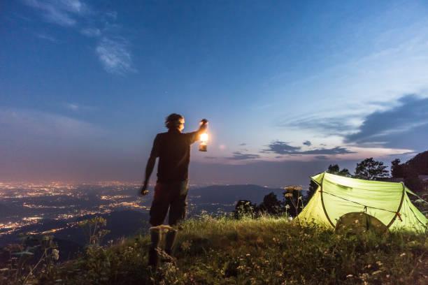 wandelaar kamperen bij nacht - lecco lombardije stockfoto's en -beelden
