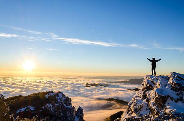 hiking celebrare il successo - alpinismo foto e immagini stock