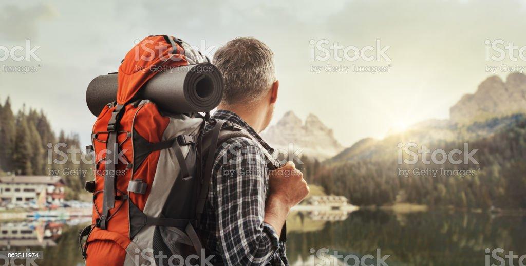 Alpinista, contemplando um belo panorama - foto de acervo