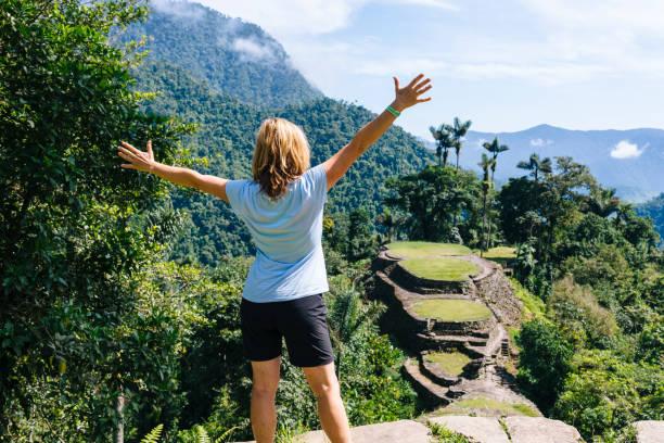 hiker enjoy the panoramic view on the terraces of the lost city (ciudad perdida) in the sierra nevada de sante marta- santa marta/ magdalena/ colombia - плато стоковые фото и изображения