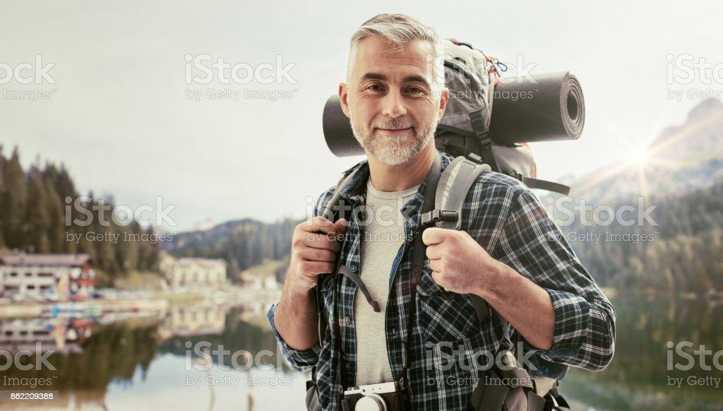 Alpinista explorar montanhas - foto de acervo
