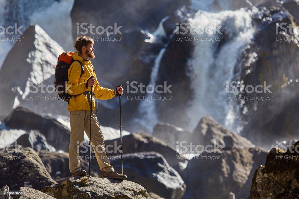 Wanderer mit Rucksack betrachten Wasserfall Wandern – Foto