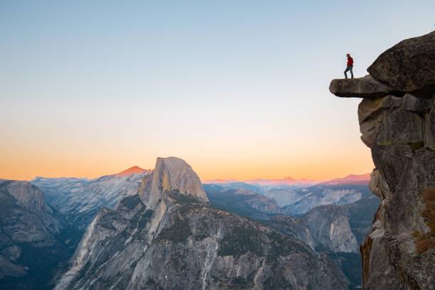 turysta w parku narodowym yosemite, kalifornia, stany zjednoczone - klif zdjęcia i obrazy z banku zdjęć