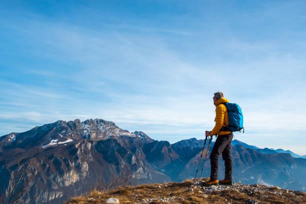 wandelaar kijken naar weergave van hoge pad berg - lecco lombardije stockfoto's en -beelden