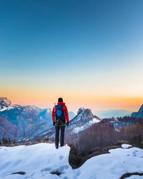 wandelaar op zoek de bergen bekijken bij zonsopgang - lecco lombardije stockfoto's en -beelden