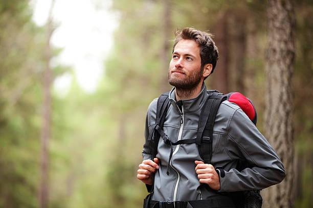wandern-mann wanderer im wald - jacke stock-fotos und bilder