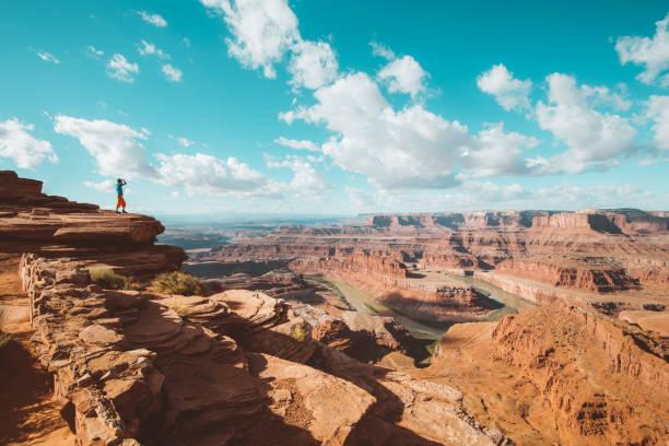 wanderer auf einer klippe in dead horse point state park, utah, usa - canyon stock-fotos und bilder