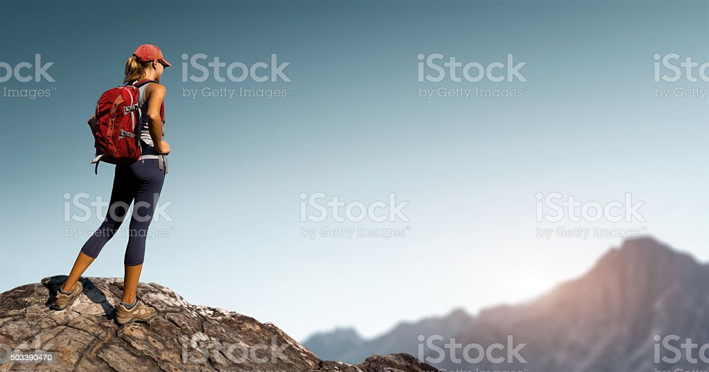 Wanderer auf dem rock – Foto