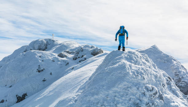 Kar-buz sırtında Hiker. Dağlarda aktif kış tatilleri. stok fotoğrafı