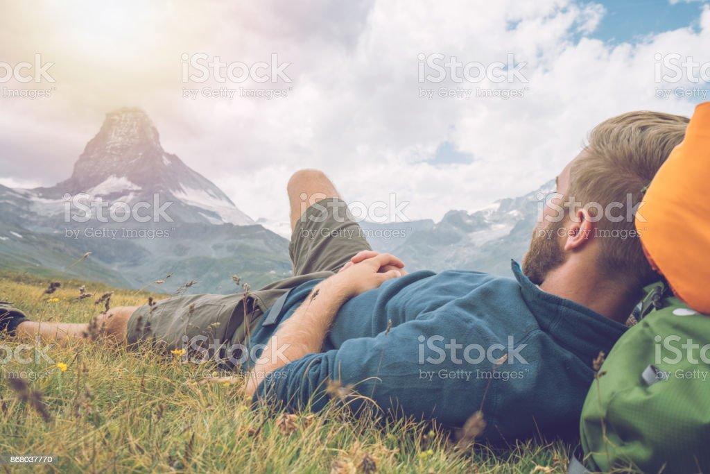 Wanderer auf Wiese, Matterhorn-Blick ruht – Foto