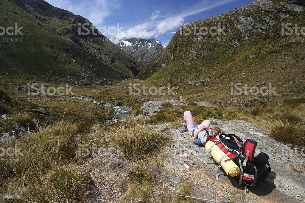 Repos dans les montagnes de randonnée photo libre de droits