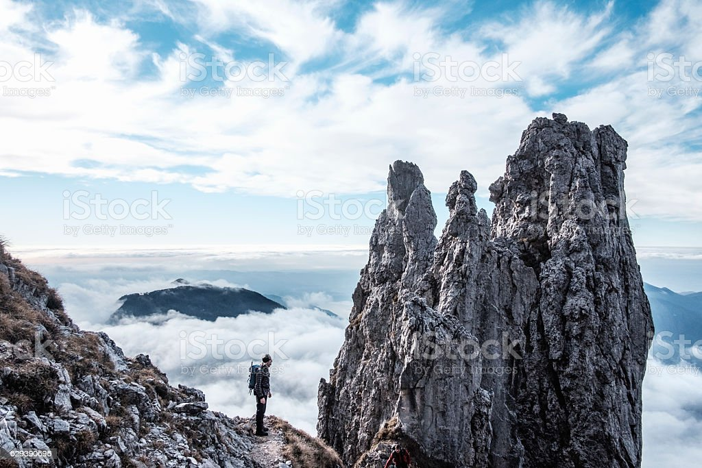 Hiker silhouette on peak of the mountain – Foto