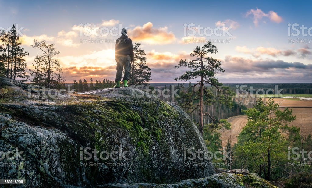 Frente de pie caminante del hermoso paisaje en la mañana temprano foto de stock libre de derechos
