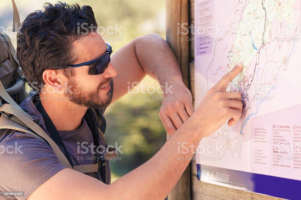 Wanderer studieren der Karte – Foto