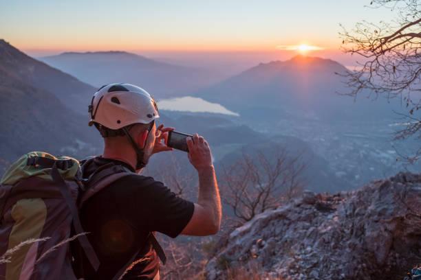wandelaar neem een foto met smartphone op hoogste berg - lecco lombardije stockfoto's en -beelden
