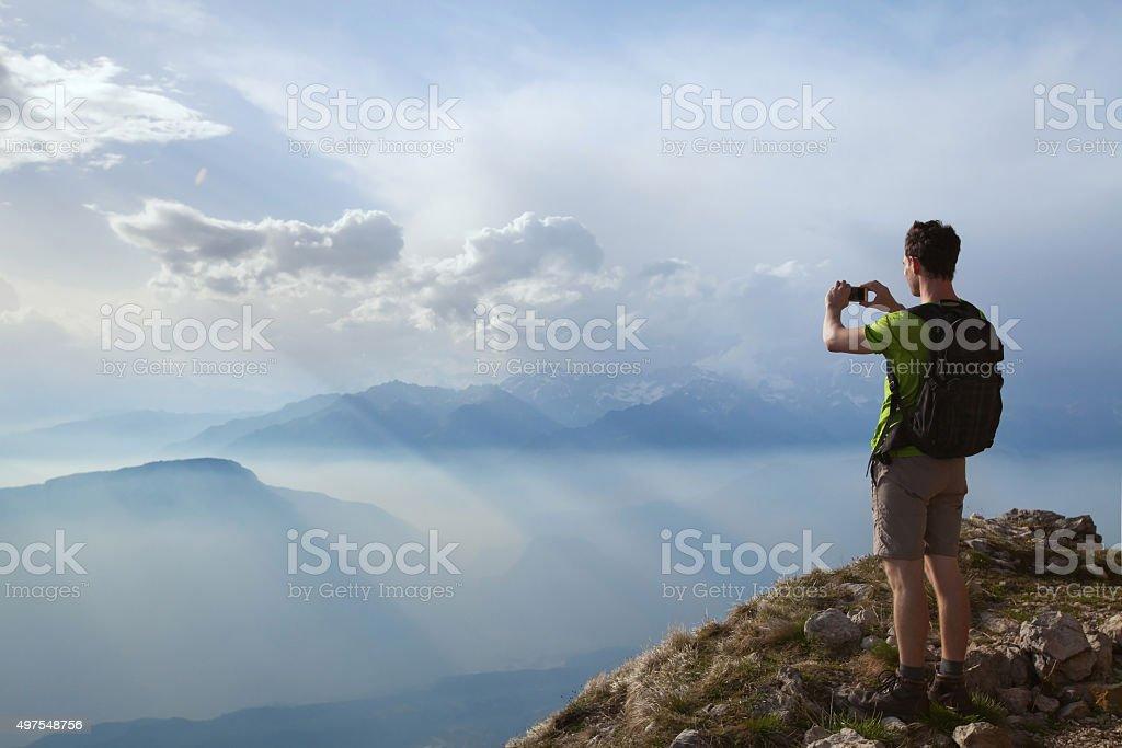 Wanderer nehmen Foto der schönen Landschaft der Berge – Foto