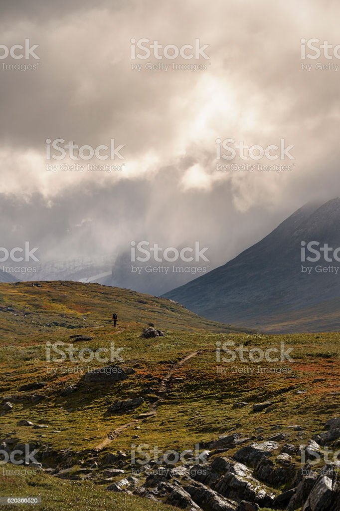 Hiker walking alone in spectacular landscape, mountain and glacier background foto de stock royalty-free