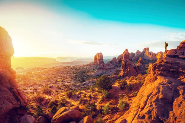 Wanderer, die gerade Sonnenaufgang über Valley in Utah – Foto