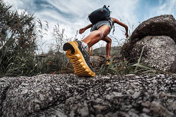 botas con mochila - trail running fotografías e imágenes de stock