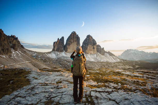 wanderer-frau fotografiert den mond über berglandschaft - ikonische frauen stock-fotos und bilder