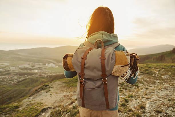 De caminhada mulher andar ao ar livre ao pôr do sol - fotografia de stock