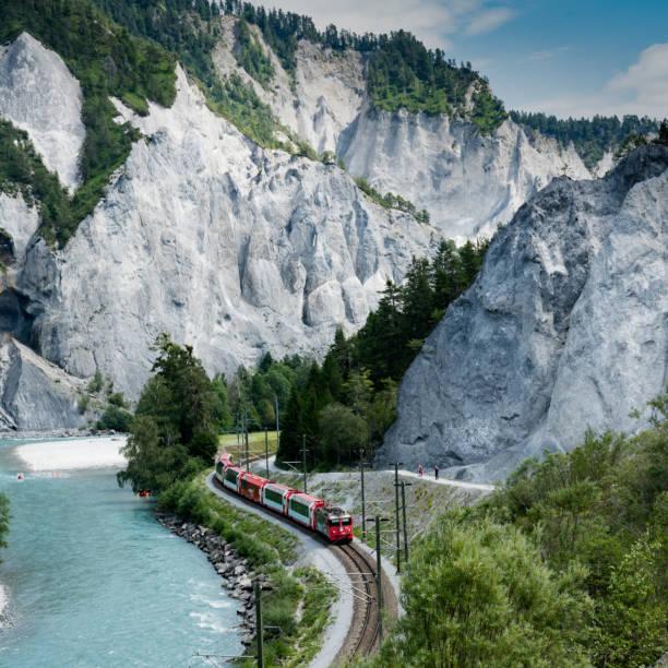 Wanderer und die Rhätische Eisenbahn am Rheinufer in der Ruinaulta-Schlucht – Foto