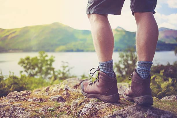 wanderer stiefel mit lake district landschaft – uk - schuhe auf englisch stock-fotos und bilder