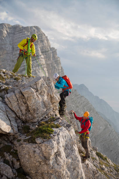 바위 산에 등산 하는 등산객 - 등산 뉴스 사진 이미지